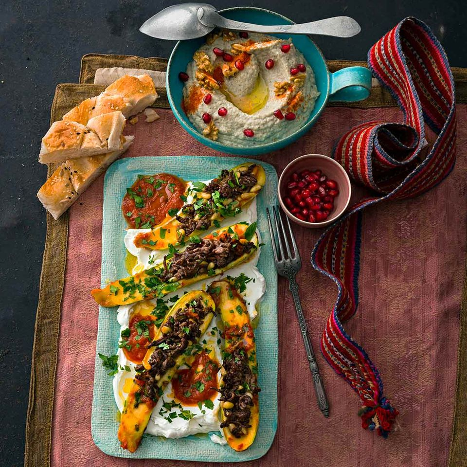Gefüllte Zucchini (Kosa Keshatbeen) und Auberginenpüree mit Joghurt (Motabbal)