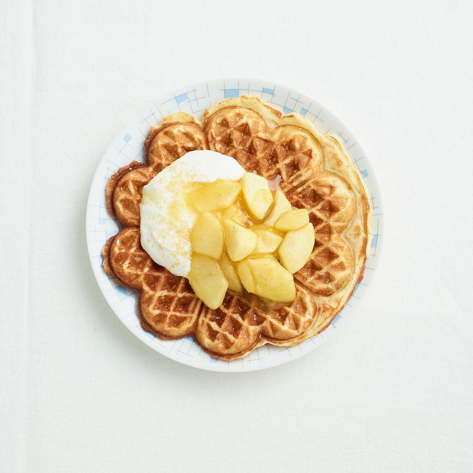 Marzipanwaffeln mit Sahnejoghurt und Apfelkompott
