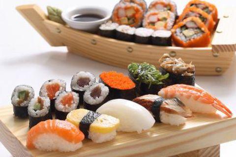 Sushi auf Holzbrett angrichtet