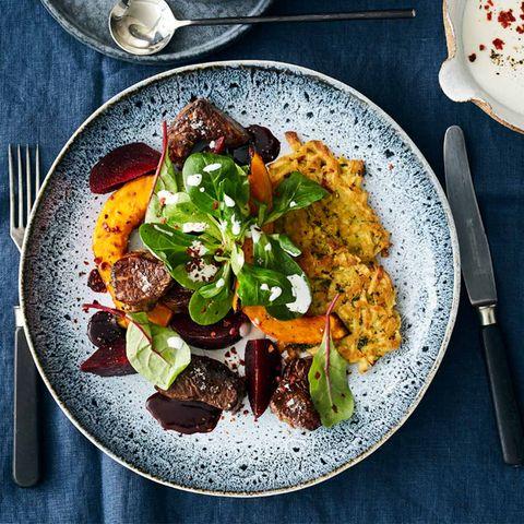 Rinderfiletwürfel mit Roter Bete und Salat