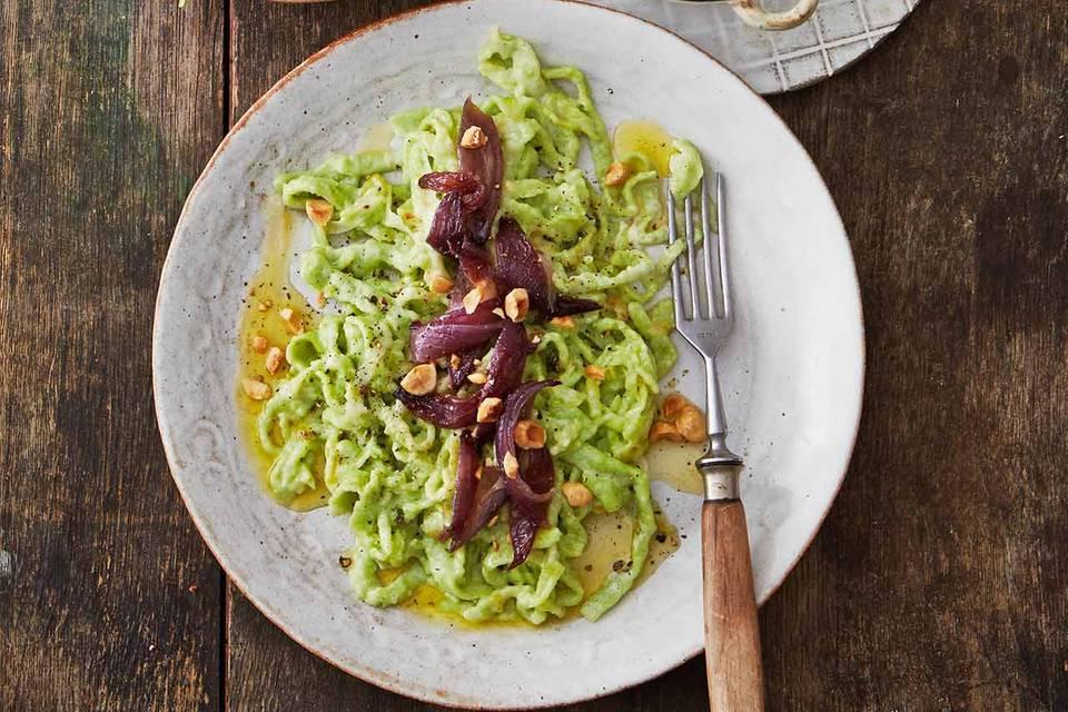 Grüne Spätzle mit Zwiebelschmelze und Feldsalat Rezept