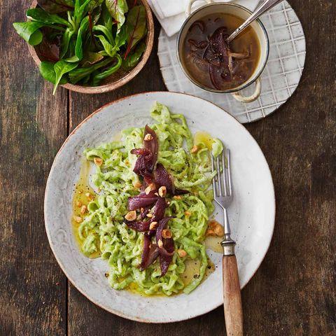 Grüne Spätzle mit Zwiebelschmelze und Feldsalat