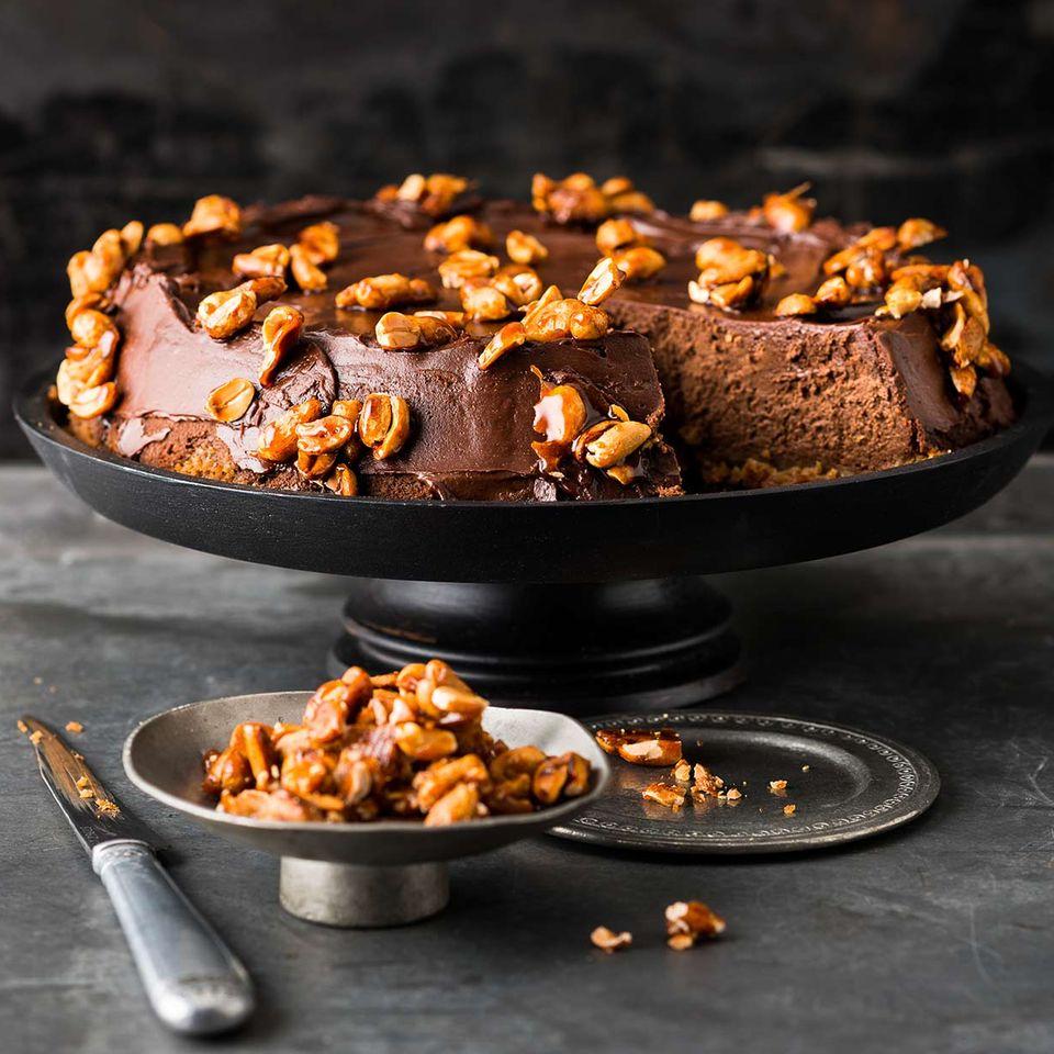 Schokoladen-Cheesecake mit karamellisierten Erdnüssen