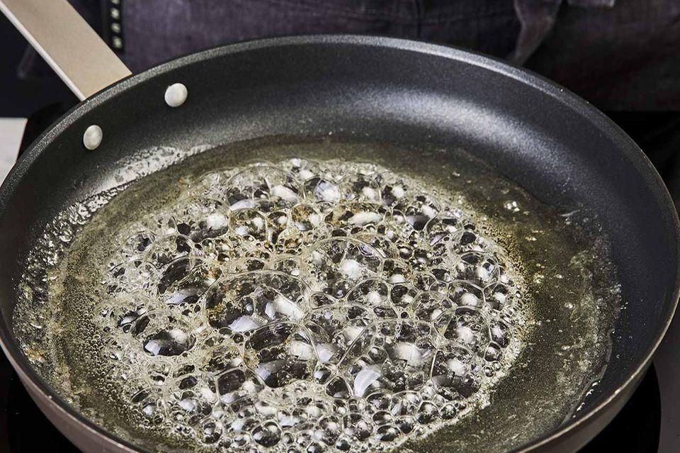 Zucker-Limettensaft-Mischung wird in der Pfanne gekocht, bis der Zucker geschmolzen ist.