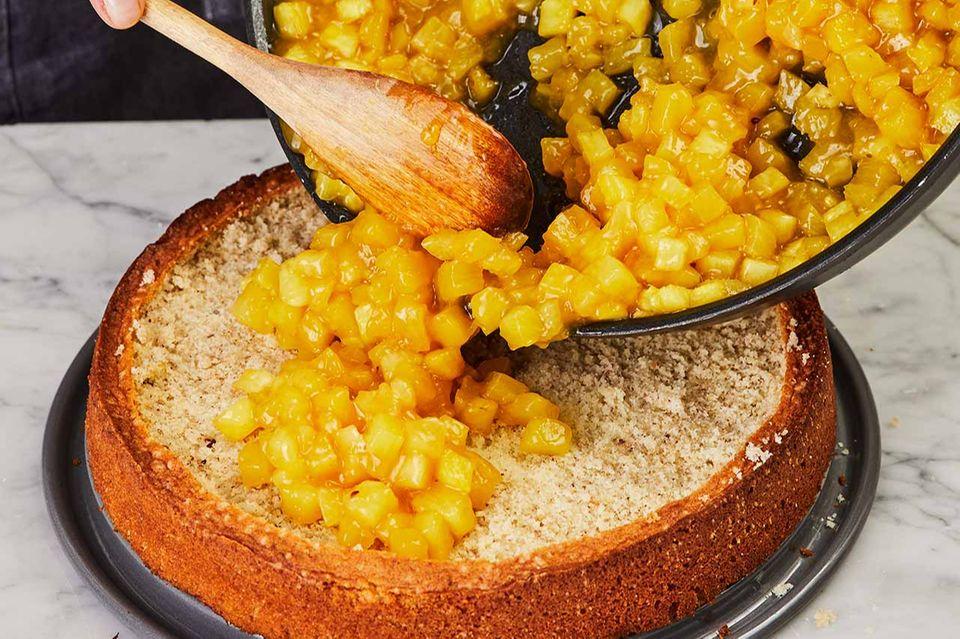 Ananaskompott in Boden füllen und verteilen