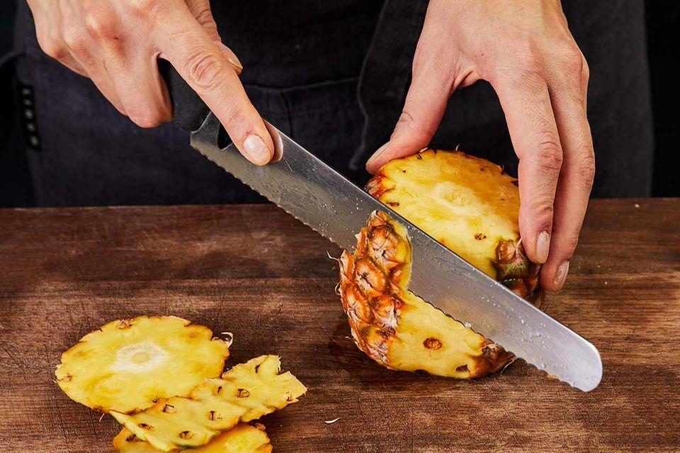 Frische Ananas schälen