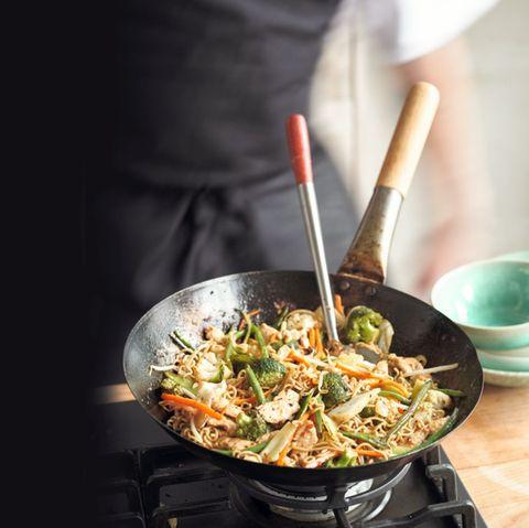 Buntes Wokgemüse mit Hähnchen und Mie-Nudeln