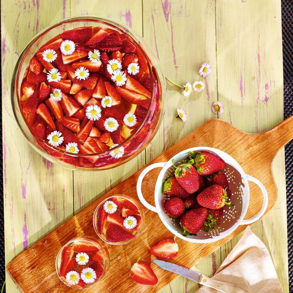 Erdbeerbowle mit Gänseblümchen