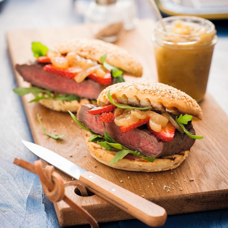 Steakburger mit Balsamicozwiebeln, Rucola und Erdbeeren