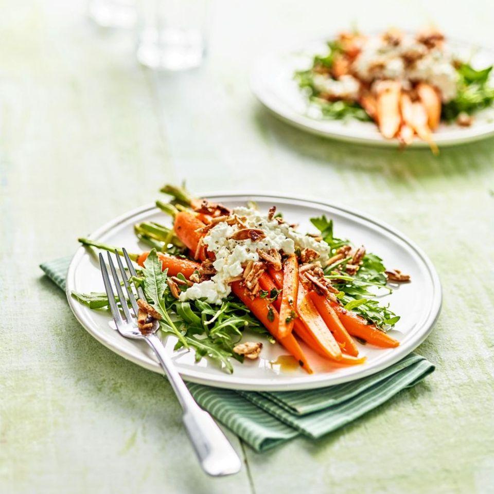 Möhren mit Rucola, körnigem Frischkäse und Mandelkrokant