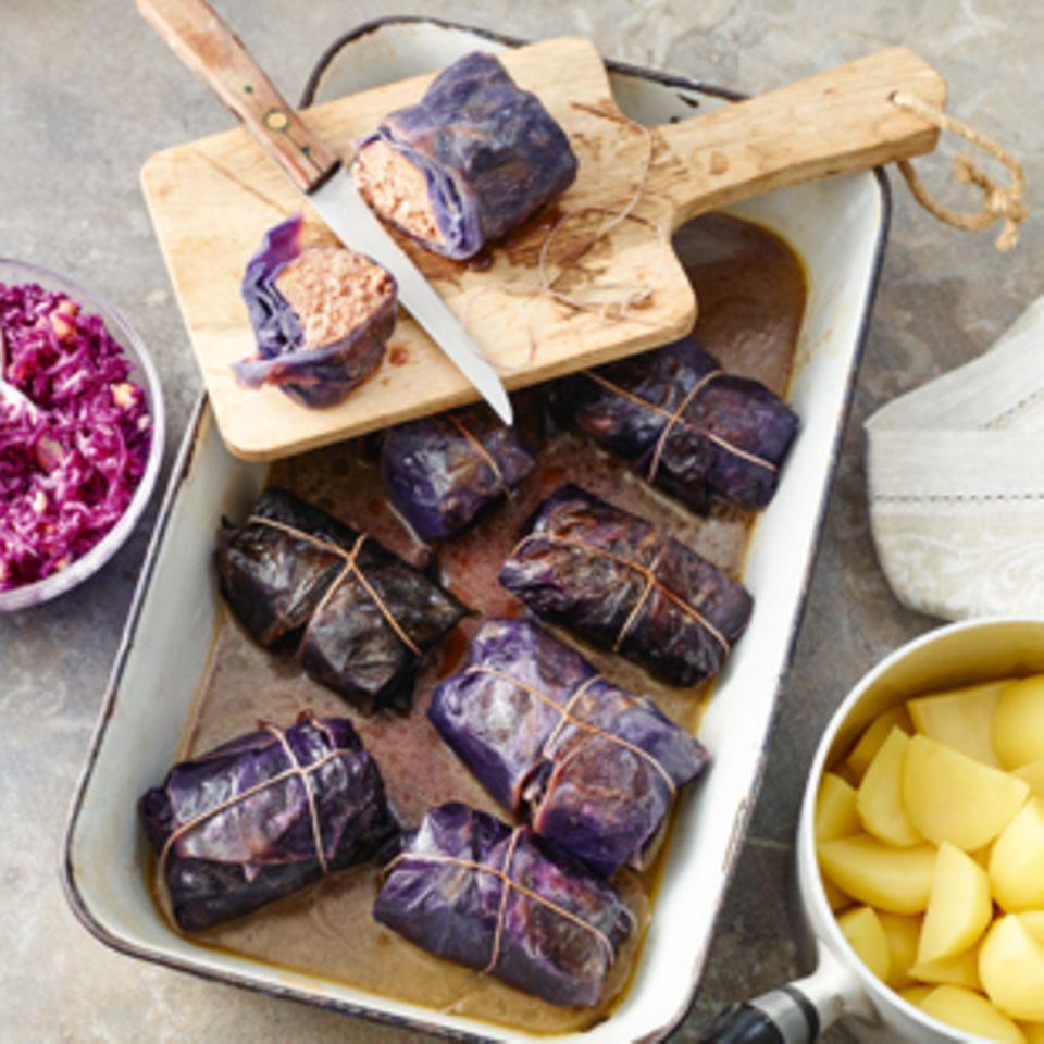 Rotkohlrouladen mit Salzkartoffeln