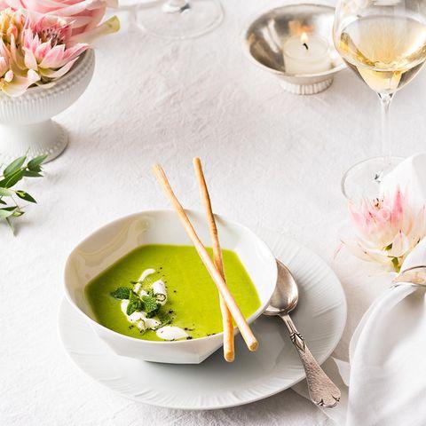 Grüne Erbsensuppe mit Minzschaum