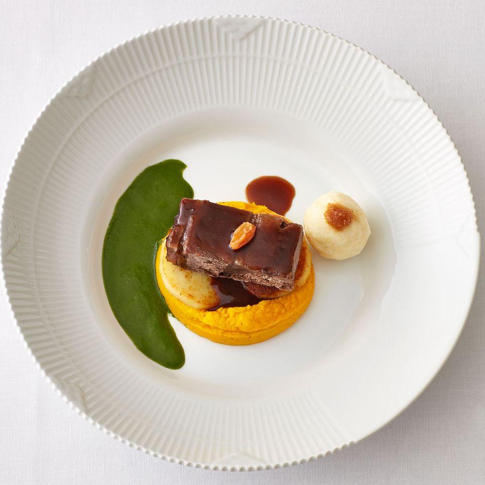 Rinder-Sauerbraten mit Möhren-Curry-Püree, Grießknödeln und grüner Sauce