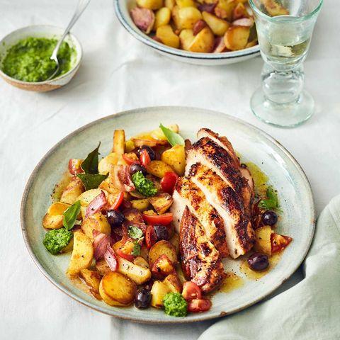 Lackierte Hähnchenbrust mit Bratkartoffeln und dazu Tomaten-Salsa und Erbsen-Mojo-verde