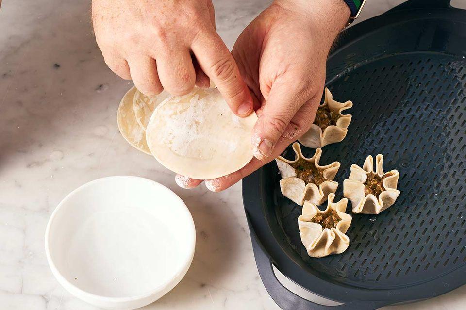 Reh-Dumplings mit Pak Choi: Schritt A Teig befeuchten