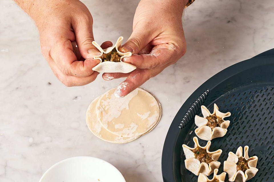 Reh-Dumplings mit Pak Choi: Schritt C Dumplings schließen