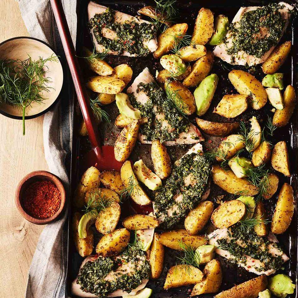 Kräuter-Senf-Saibling mit Kartoffelspalten und Avocado