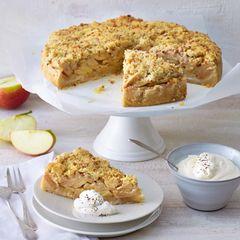 Apfelkuchen mit Krokantstreuseln und Kaffeesahne