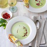 Grüne Apflö-Erbsen-Suppe mit Camembert-Crostini