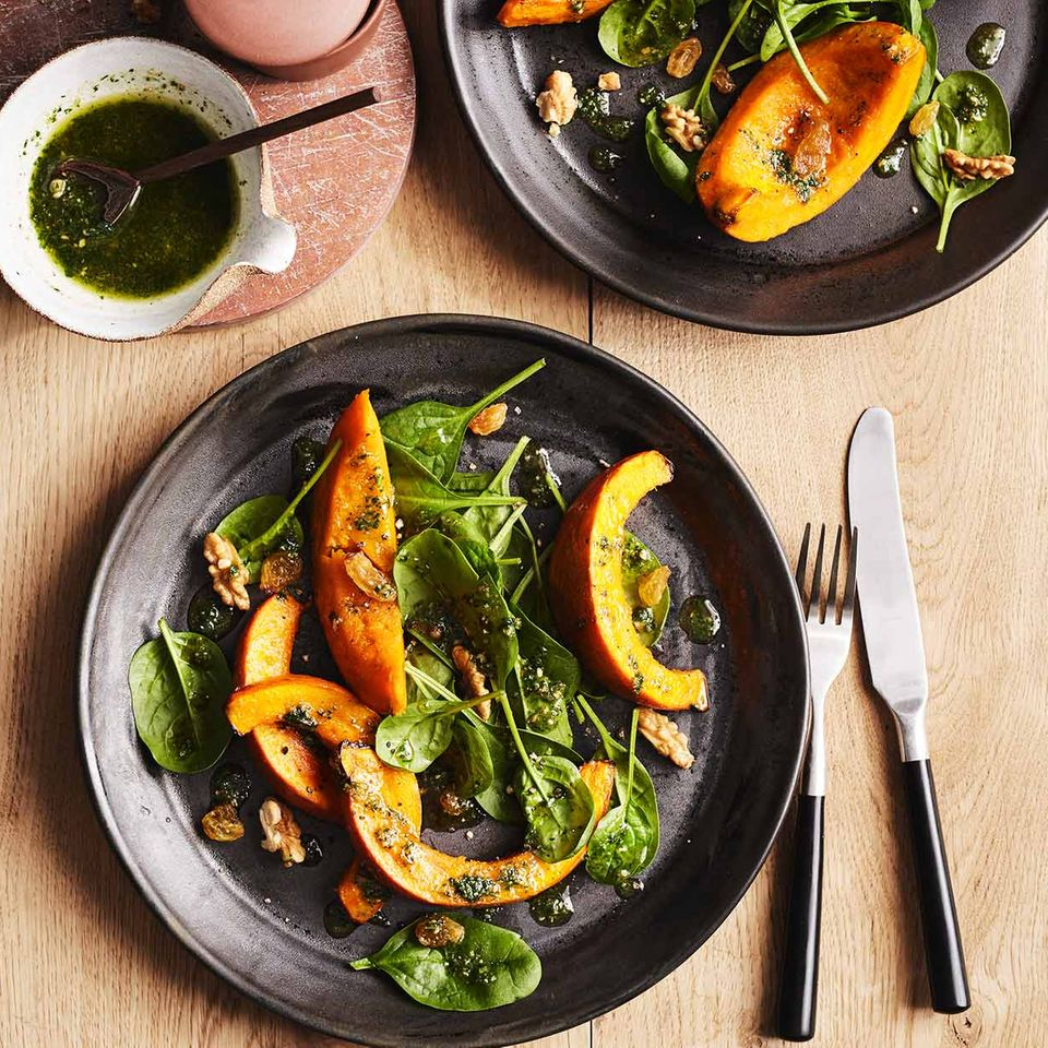 Kürbis mit Walnuss-Pesto und Spinatsalat