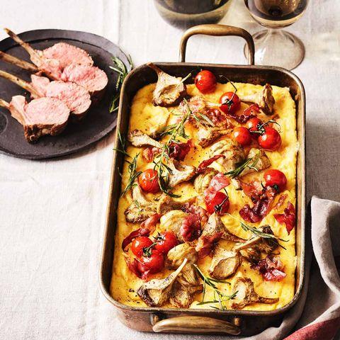 Polenta-Käse-Auflauf mit Artischocken und Lamm