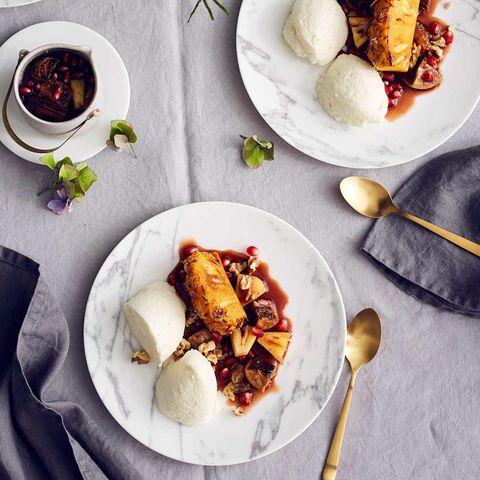 Buttermilch-Mousse mit Ananas-Granatapfel-Kompott