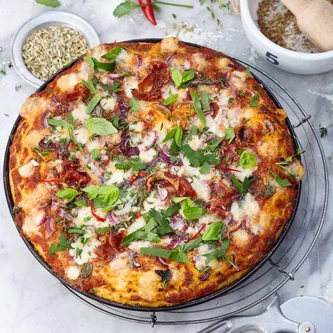 Kartoffel-Pizza mit Pancetta, Zwiebel und Fenchelsaat