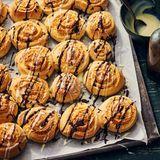 Kokos-Schnecken mit Schokoladensauce
