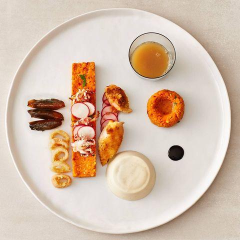 Gebackene Calamari mit Kaffee-Sellerie-Saft und marinierten Zwetschgen