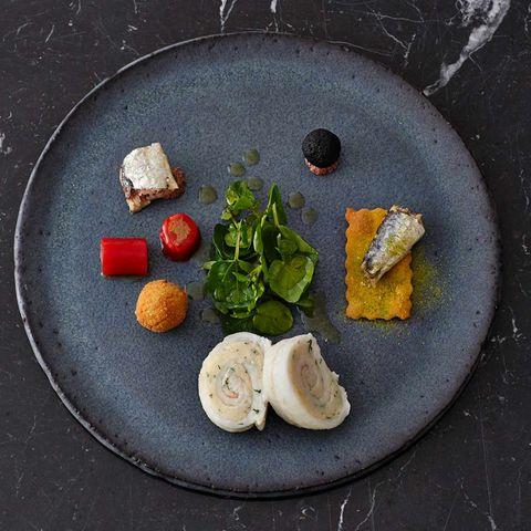 Seezungen-Roulade, Paprika mit Olivenmus und Dattel-Oliven-Kugel