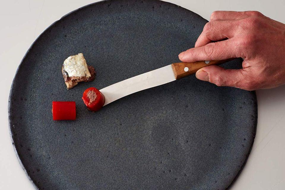 So richten Sie den Teller an - Schritt 1: Seezungen-Roulade, Paprika mit Olivenmus und Dattel-Oliven-Kugel