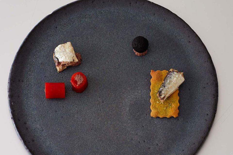 So richten Sie den Teller an - Schritt 2: Seezungen-Roulade, Paprika mit Olivenmus und Dattel-Oliven-Kugel