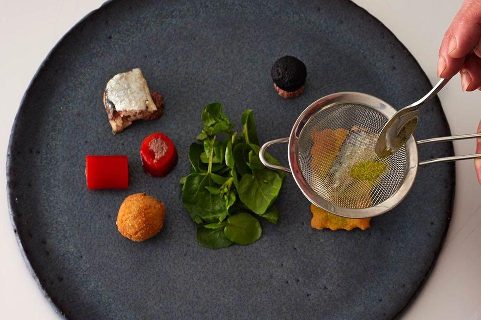 So richten Sie den Teller an - Schritt 3: Seezungen-Roulade, Paprika mit Olivenmus und Dattel-Oliven-Kugel