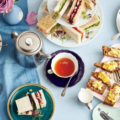 Englische Tea Time gedeckter Tisch mit Tee, Scones, Sandwiches