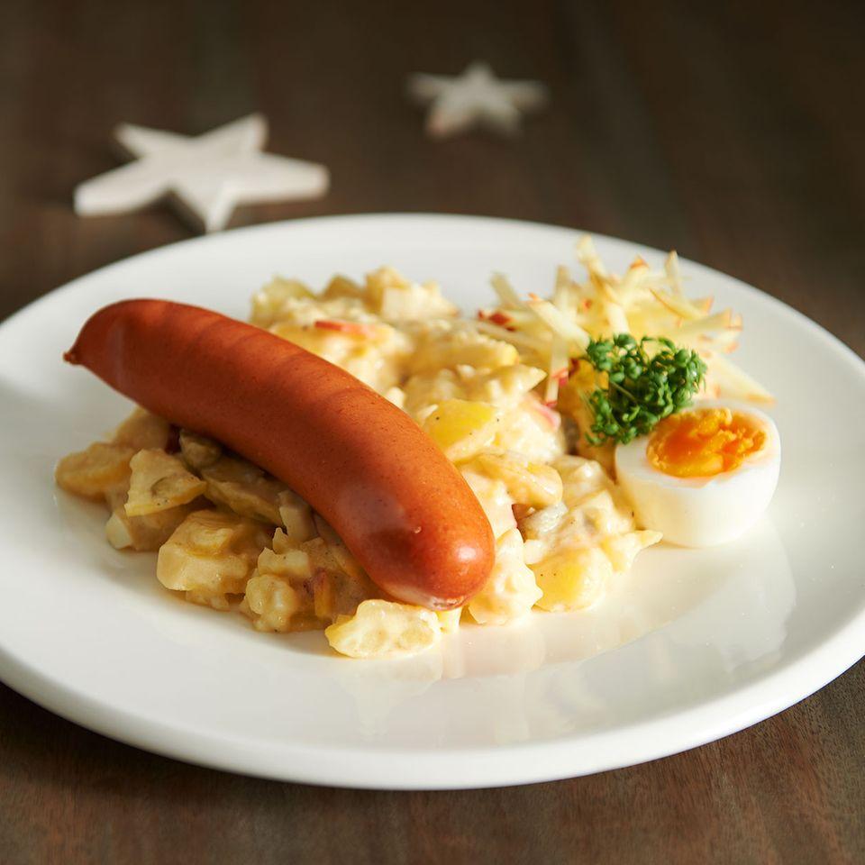 Klassischer Kartoffelsalat mit Würstchen