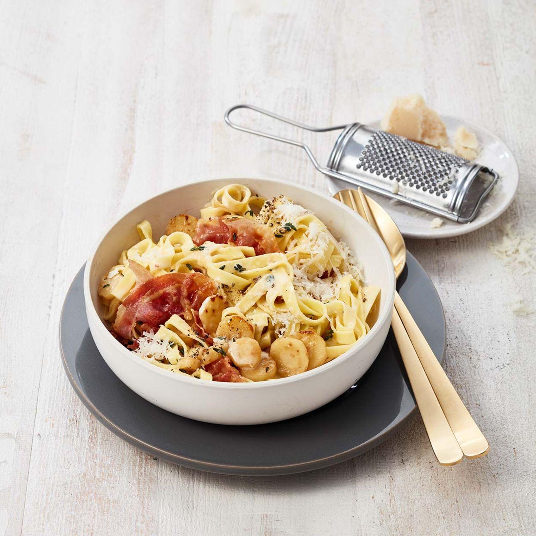 Cremige Tagliatelle mit Pastinaken und Pancetta