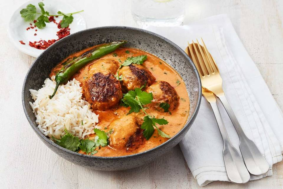 Köfte mit indischer Currysauce, Chili, Reis und Koriander Rezept