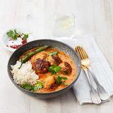 Köfte mit indischer Currysauce, Chili, Reis und Koriander