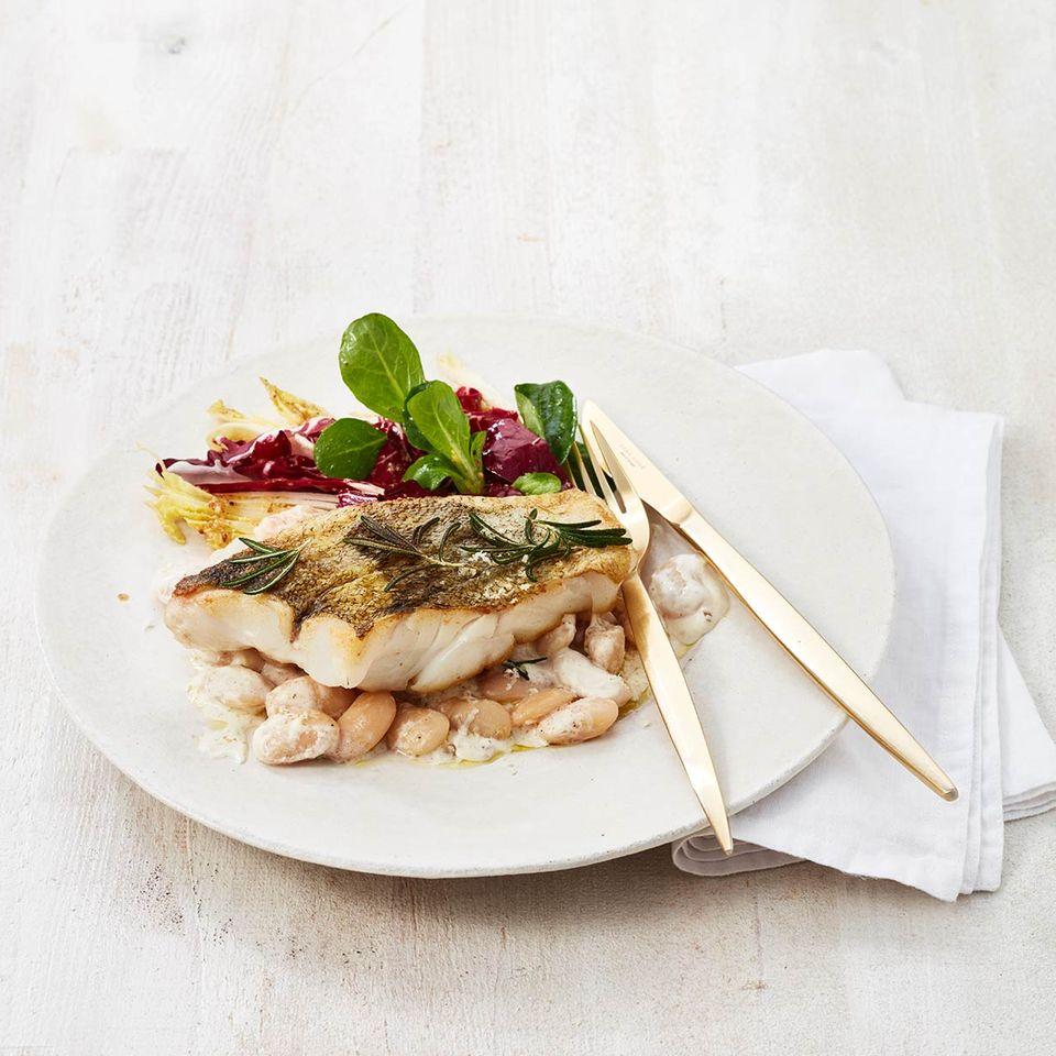 Kabeljaufilet auf weißen Bohnen mit Wintersalat