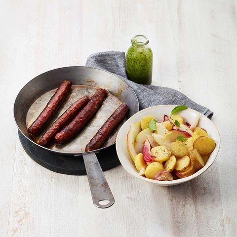 Lammbratwurst mit Kartoffel-Birnen-Salat und Minz-Pesto