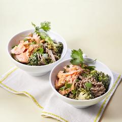 Soba-Bowl mit pochiertem Lachs