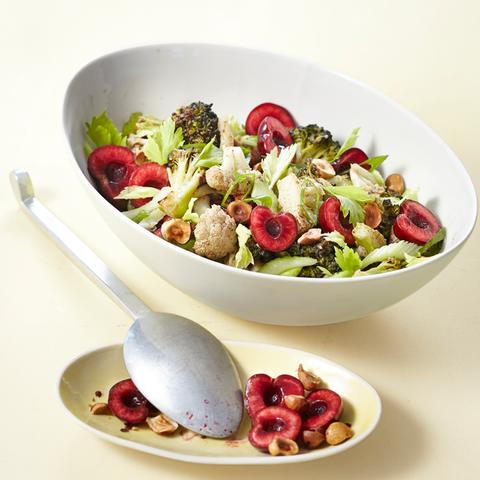 Lauwarmer Blumenkohlsalat mit Kirschen und Garam Masala