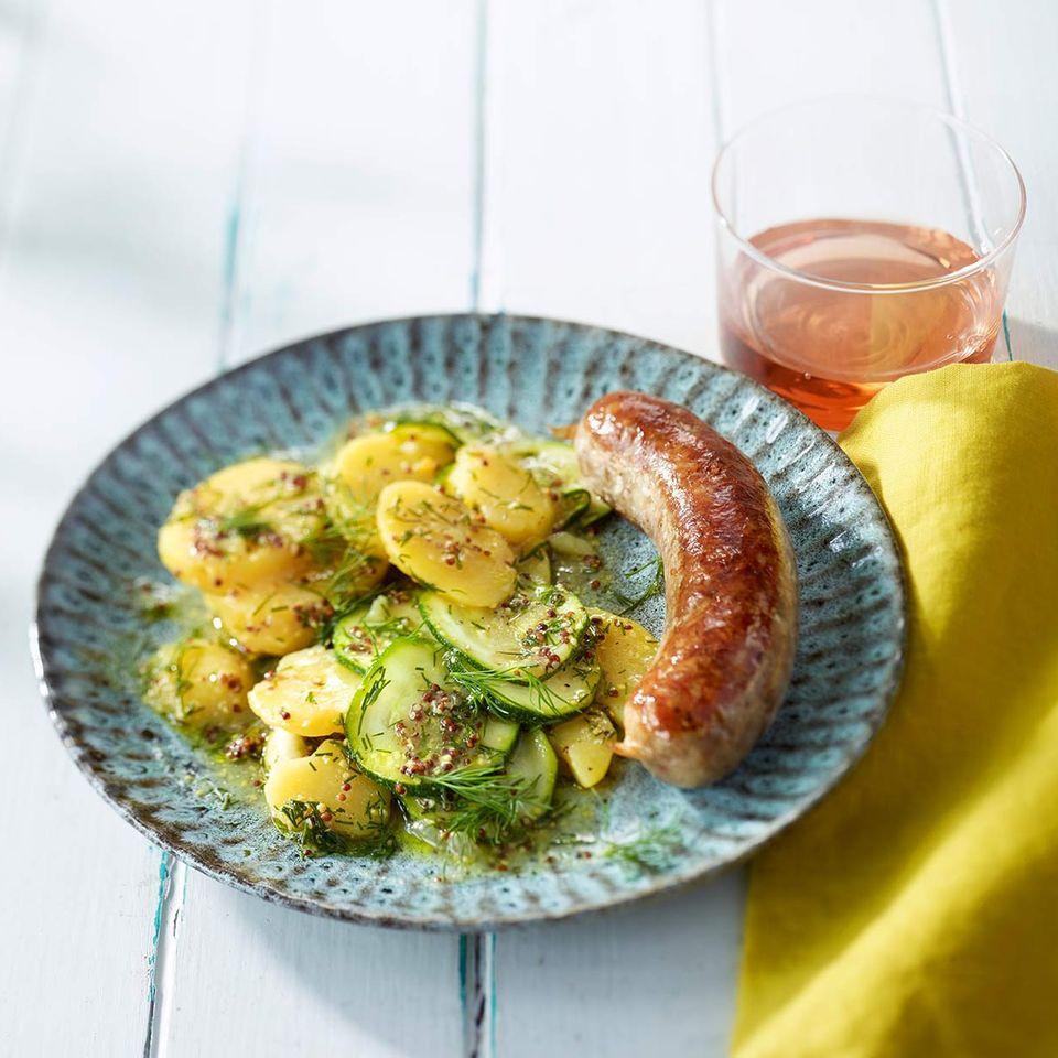 Kartoffel-Zucchini-Salat mit Bratwurst