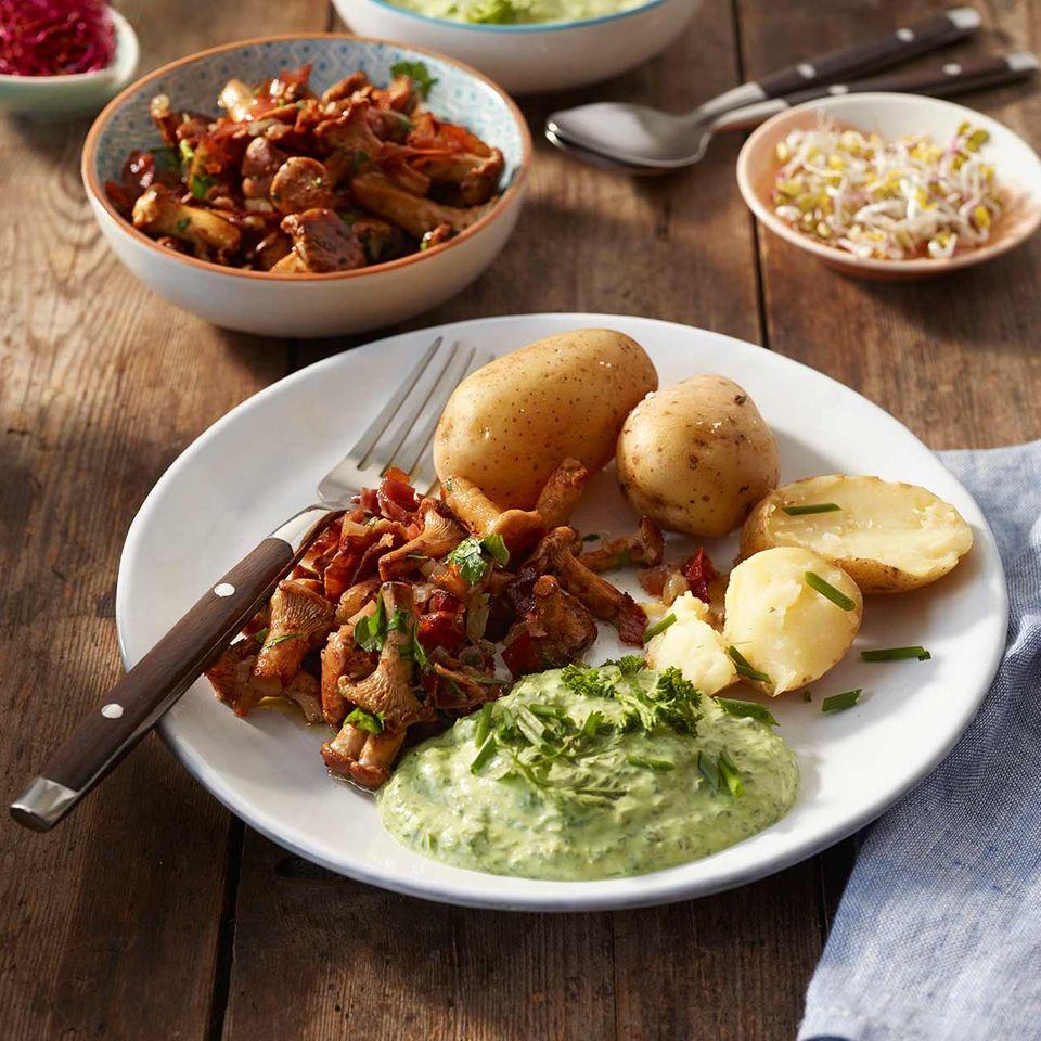 Pellkartoffeln mit Pfifferling-Speck-Stippe und Grüner Sauce