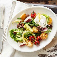 Salade niçoise mit Thunfisch, Bohnen und pochiertem Ei