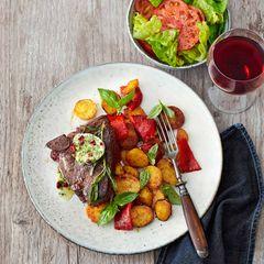 Porterhouse-Steak vom Hirsch mit Bratkartoffeln und Berberitzenbutter