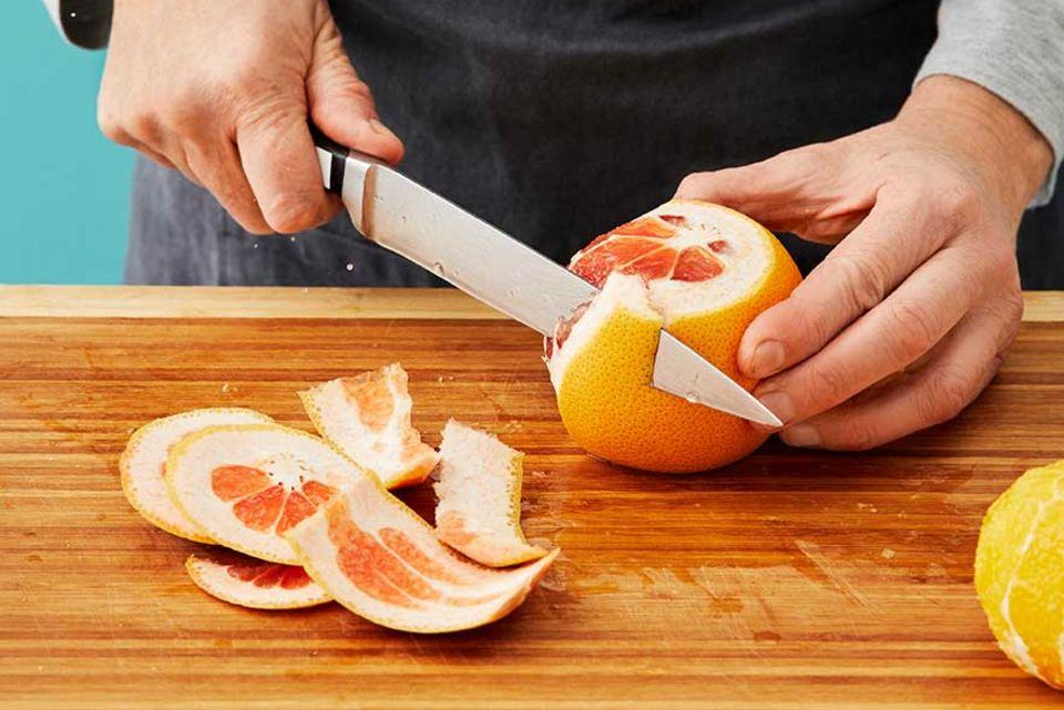 Joghurt-Grieß-Kuchen - Früchte schälen