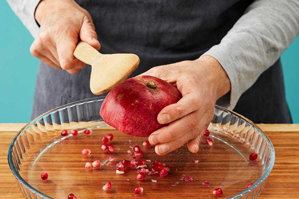 Joghurt-Grieß-Kuchen - Granatapfelkerne ausklopfen
