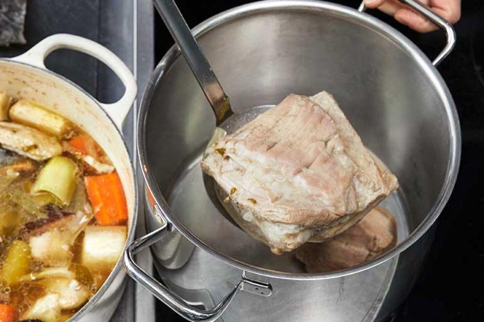 Rezept für Ramen – Schweinebauch aus Brühe nehmen