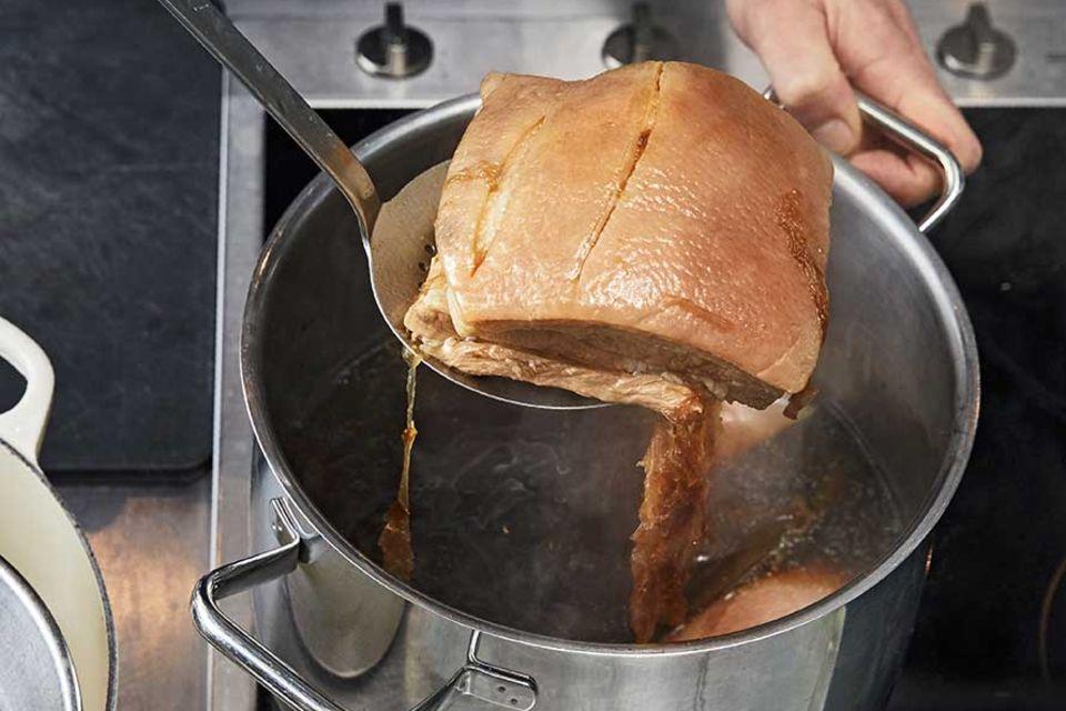 Rezept für Ramen – fertigen Schweinebauch aus Brühe nehmen
